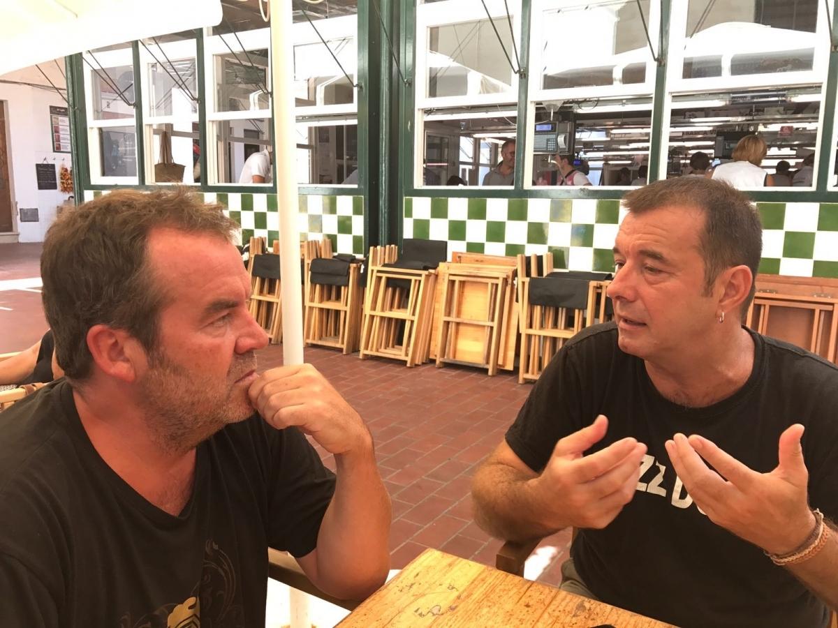 Parlant amb en Cris Juanico a la plaça del mercat de peix de Ciutadella