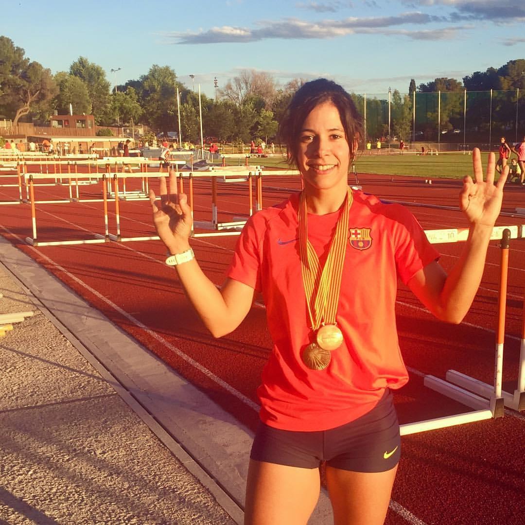 L'atleta igualadina, amb la medalla que l'acredita com a campiona