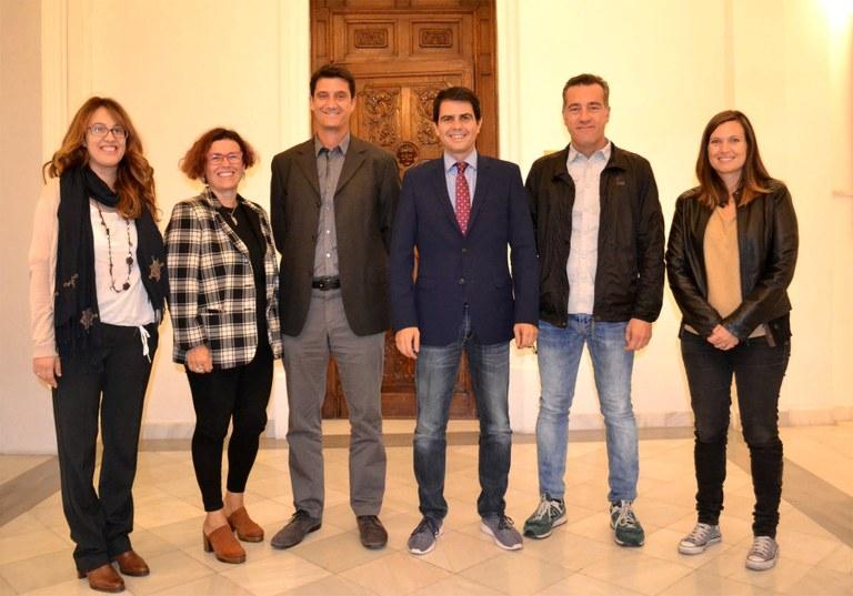 Membres del govern i dels Socialistes, en la presentació de la iniciativa