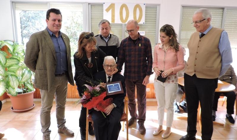 El nou centenari, envoltat de la família i dels representants municipals