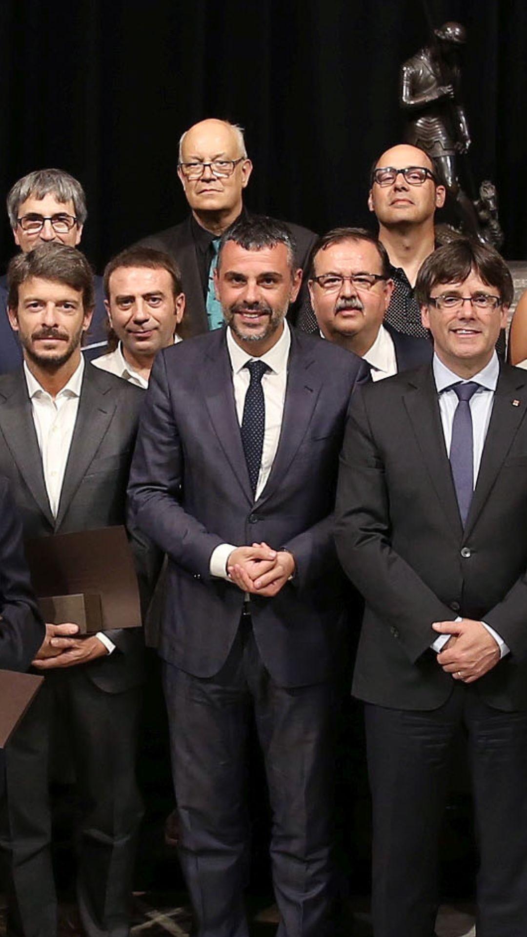Els representants de la pastisseria, amb Santi Vila i Carles Puigdemont