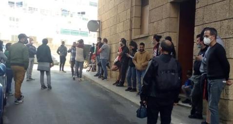 Els activistes, davant l'immoble FOTO: PAH
