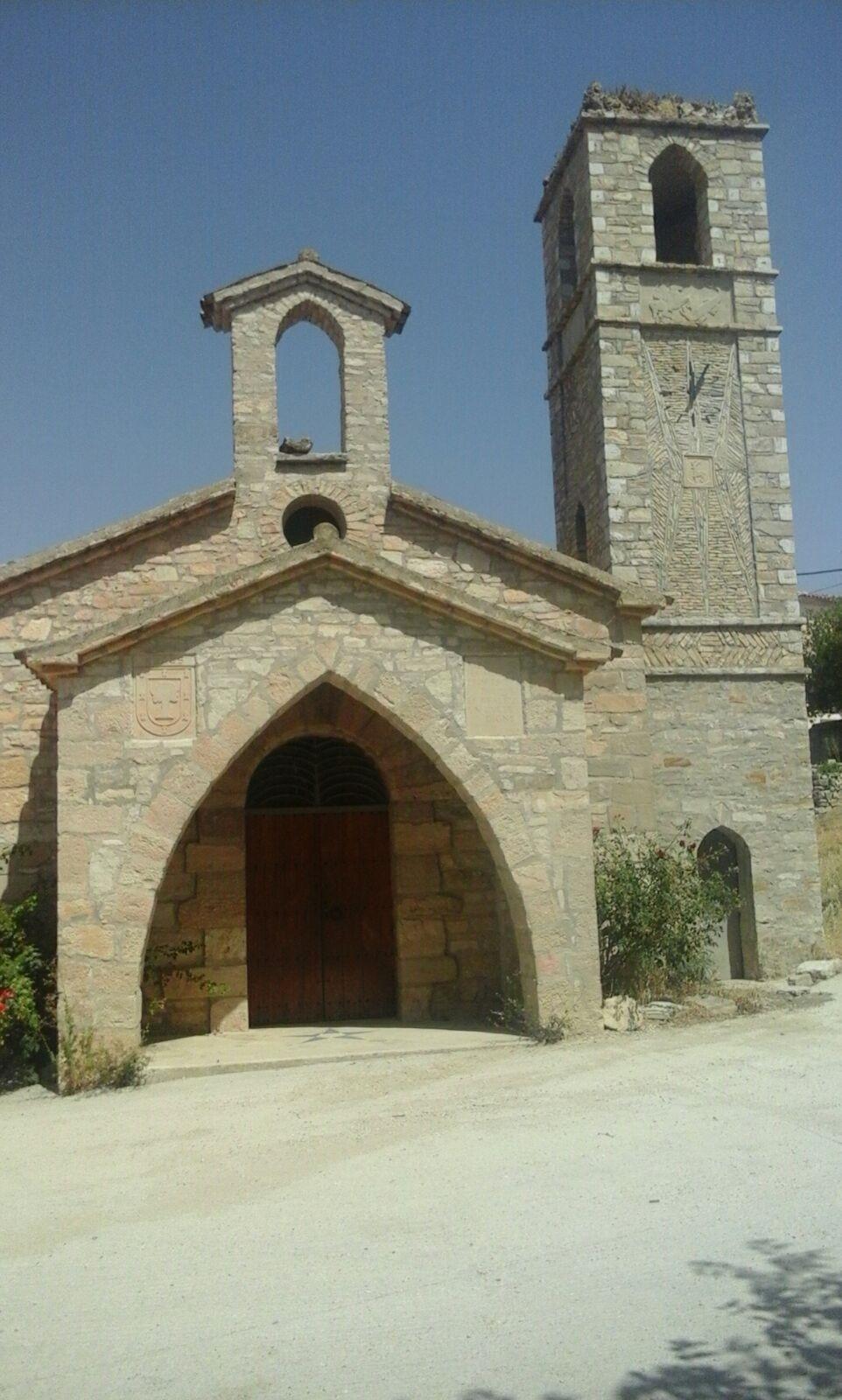 La façana de l'església, amb el nou rellotge