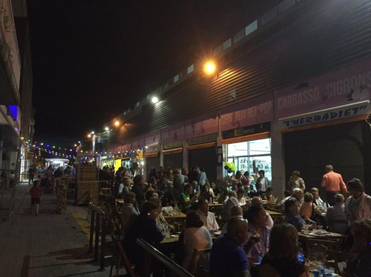 L'exterior del Mercat, ahir al vespre.