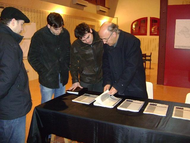Ciutadans i tècnics consultant la documentació