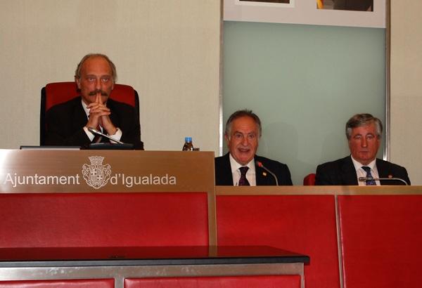 Ramon Felip pronuncia la conferència, acompanyat d'Aymamí (esq.) i Magí Molas, president del Gremi