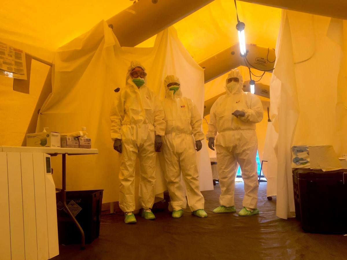 Professionals sanitàries a l'interior de la carpa (Foto: Toni Cortès)