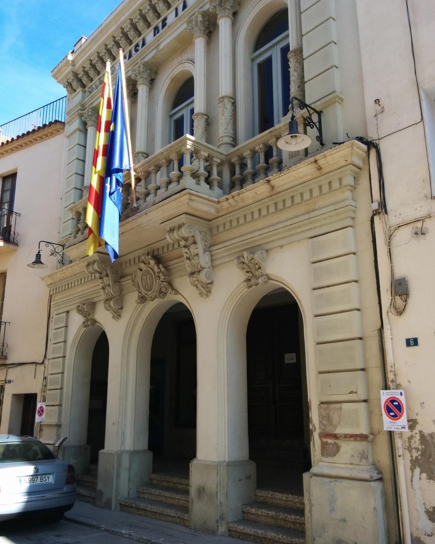 L'aspecte de la façana de l'Ajuntament capelladí