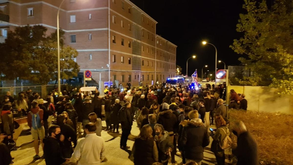 Concentració davant la caserna de la Guàrdia Civil, acordonada pels Mossos